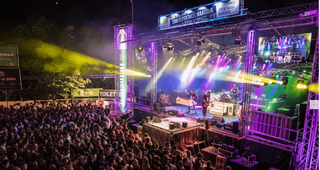 Concert met licht effecten en een podium